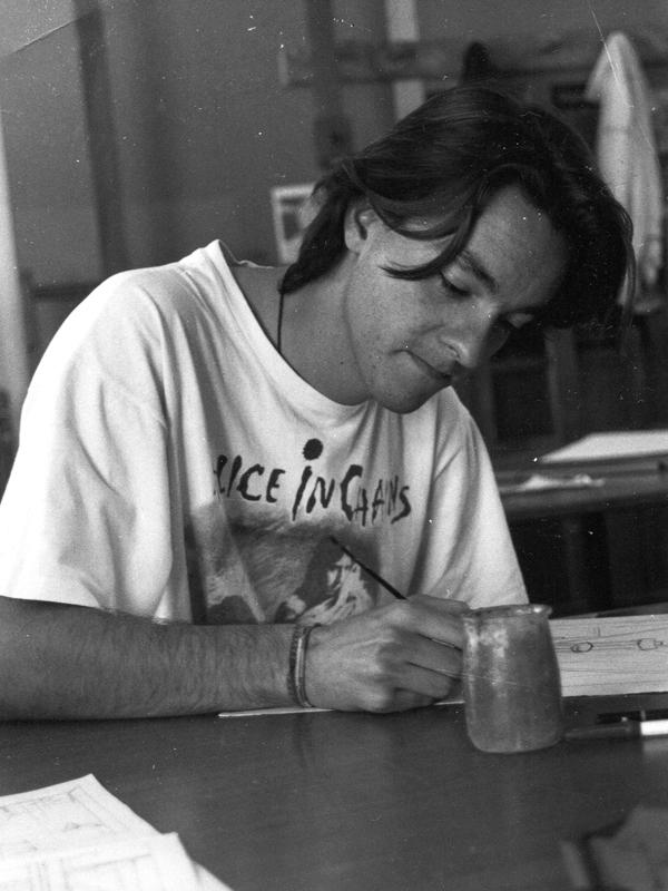 Una de las pocas imágenes que conservo de mi época de estudiante en la Escuela de Arte San Telmo de Málaga. En clase de dibujo, creo. Por la camiseta se puede calcular la fecha.